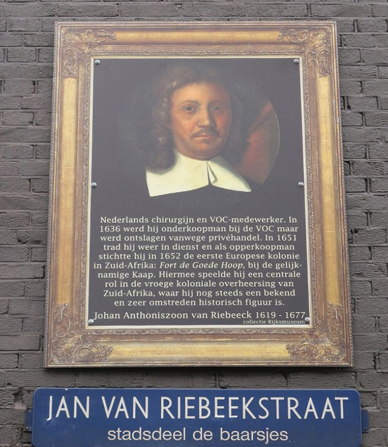 Ook in de Jan van Riebeekstraat hangt een van de portretten, voorzien met informatie over Van Riebeek. Beeld Paul Fennis
