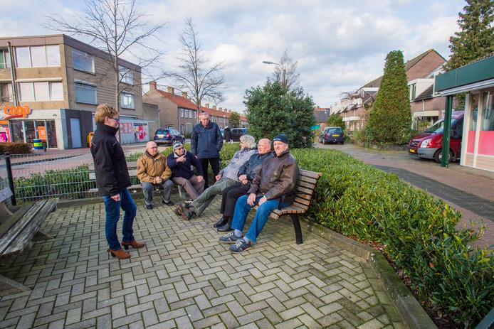 De ouderen op hun huidige hangplek d'n Kletshoek, op de hoek van het Burgemeester van Houtplein in Vlijmen. Nog een paar maanden, dan hopen ze een overkapping te hebben. Staand links Ilonka Mudde.
