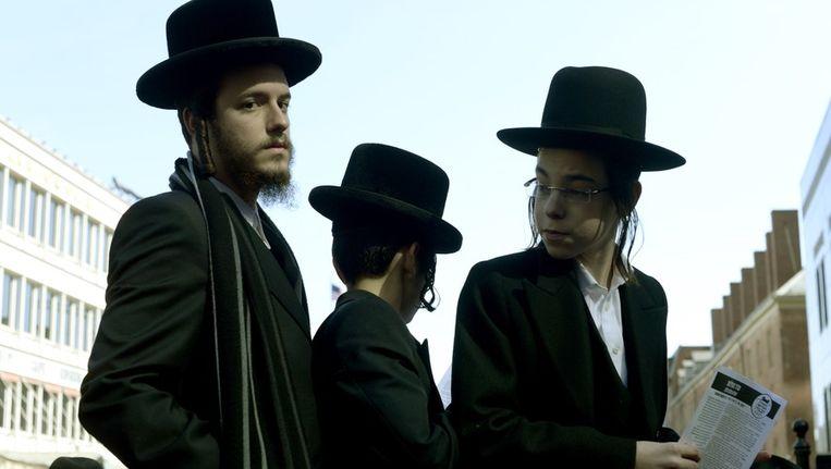 Orthodoxe joden demonstreren tegen de invoering van de nieuwe wet. Beeld afp