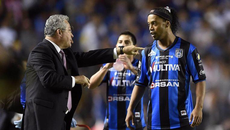 Queretaro-coach Manuel Vucetich (links) heeft het gehad met Ronaldinho.