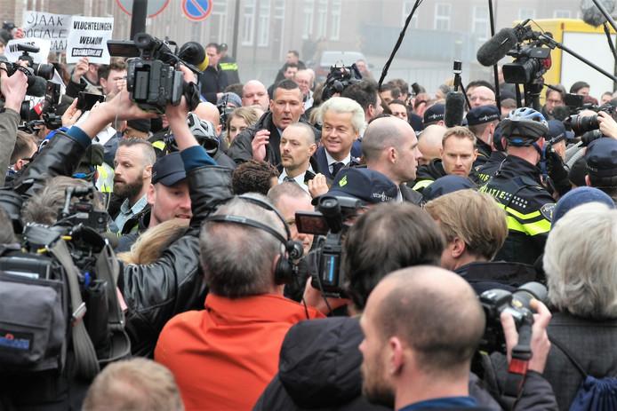 Bij zijn bezoek aan Spijkenisse werd Wilders omgeven door politie en beveiligers.