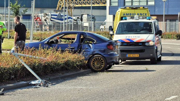 De auto en de lantaarnpaal liepen veel schade op.