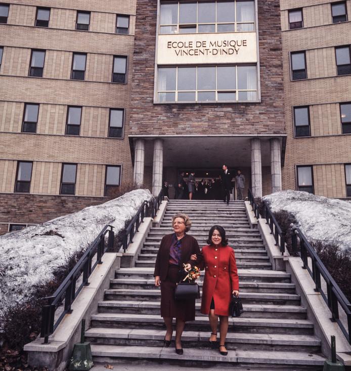 Koningin Juliana en haar dochter prinses Christina op de trappen van de École de Music Vincent-d'Indy, de officiële naam van het conservatorium waaraan de prinses sinds oktober 1968 studeert.