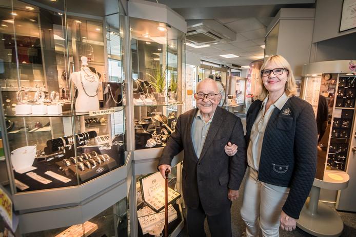 Henk van Kernebeek (89) en schoondochter Eva van Kernebeek in de winkel in Borculo, die overgaat naar Pearle