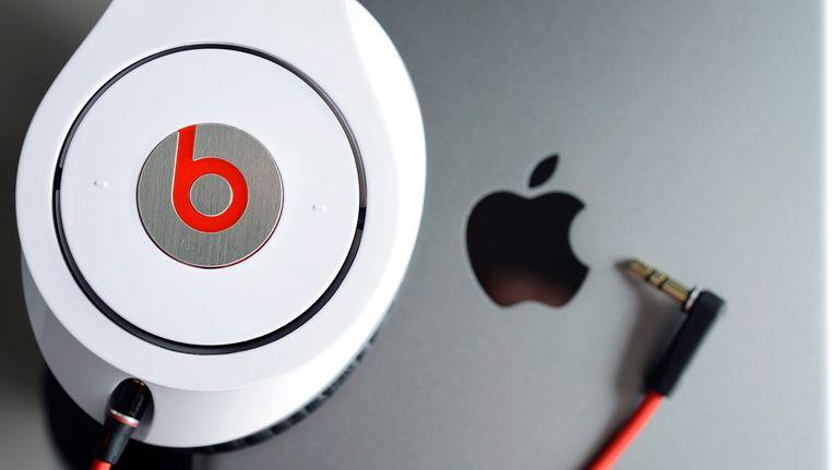 Een Beats-hoofdtelefoon en een Macbook van Apple. Beeld epa