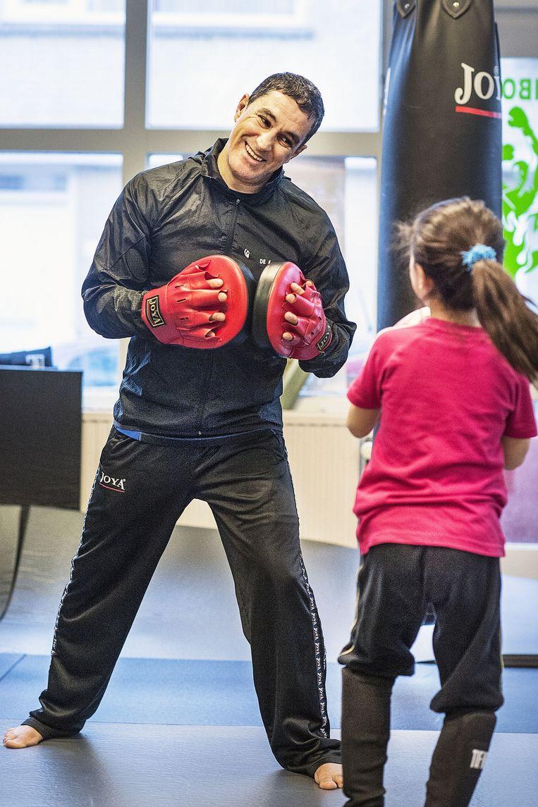 Thai-boksles voor jonge kinderen op de school van Khalid Chennouf in het Oude Westen van Rotterdam. Met tomeloze energie en geduld leert Chennouf zijn pupillen de fijne kneepjes van deze zware en moeilijke sport. Beeld Guus Dubbelman / de Volkskrant