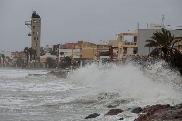 Hoge golven beuken in op het stadje Nules in de provincie Castellon.