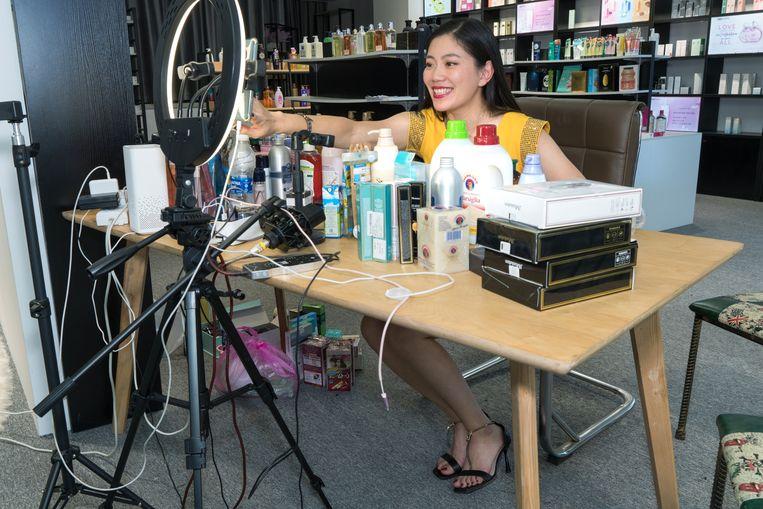 Wang Xiaoyan aan het livestreamen in Yiwu, China. Beeld Ruben Lundgren