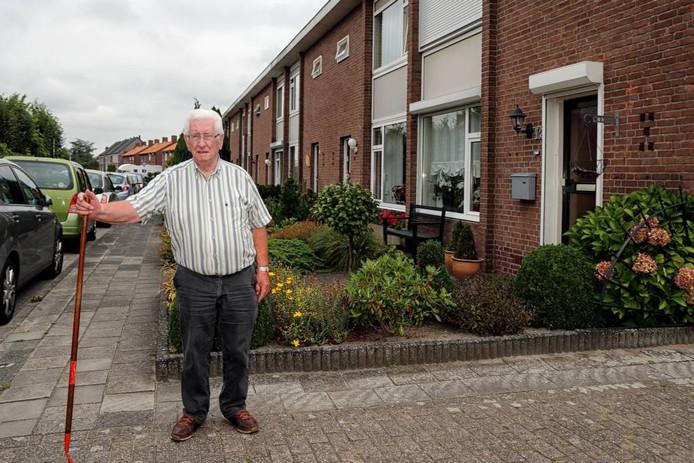 Kees Kerstens voor het rijtje van acht woningen aan de Bergstraat in Zegge. Hij woont er al 55 jaar. In het voorjaar van 2018 worden de huizen gesloopt. FOTO CHRIS VAN KLINKEN/PIX4PROFS