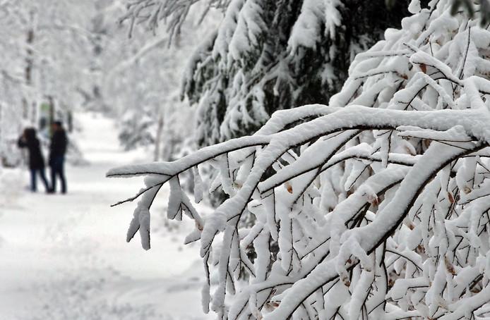 Wandelaars struinen door een met sneeuw bedekt landschap in de buurt van Oberjoch (Zuid-Duitsland).
