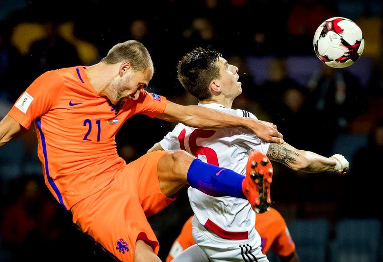 Bas Dost van het Nederlands elftal in duel met Aleksei Rios van Wit-Rusland tijdens de WK-kwalificatiewedstrijd Wit-Rusland tegen Nederland. Beeld ANP