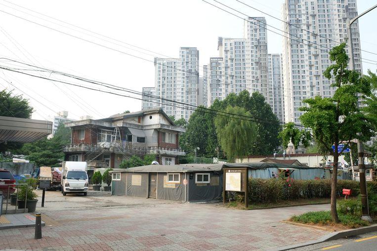 De eigenaren van dit huis mogen hier wonen in afwachting van nieuwbouw. Beeld Sangsuk Sylvia Kang