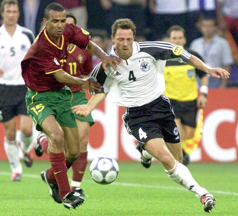 De Duitser Thomas Linke (rechts) in duel met Costinha van Portugal. Het groepsduel in Rotterdam eindigde in 3-0 voor de Portugezen. Beeld null