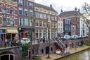 Het partijbureau van GroenLinks, een rijksmonument aan de Oudegracht (midden, achter de trap), staat te koop.