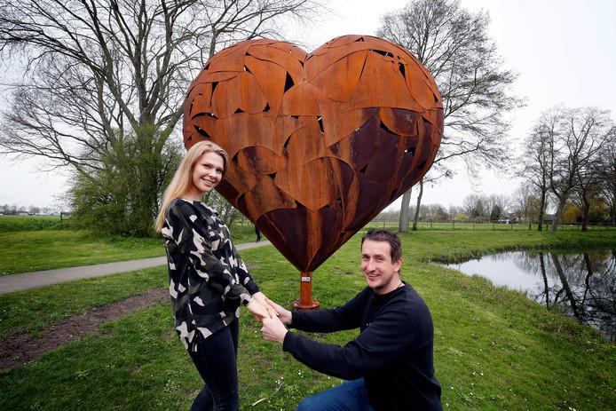 Sleeuwijker Leon van Haaften maakte het hart voor zijn vriendin, met wie hij deze zomer gaat trouwen.