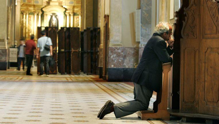 Een man biecht in een kerk in de Argentijnse hoofdstad Buenos Aires. Beeld anp