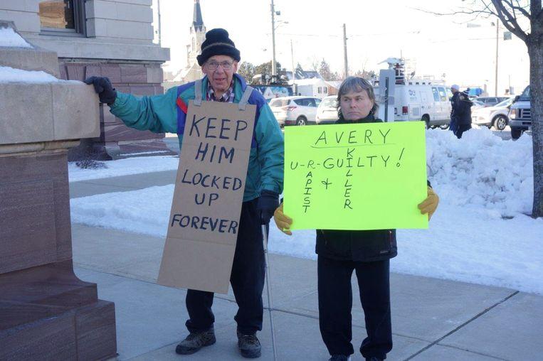 Demonstranten die Avery schuldig achten, onder wie (rechts) Jeff Halladay. Beeld Michael Persson