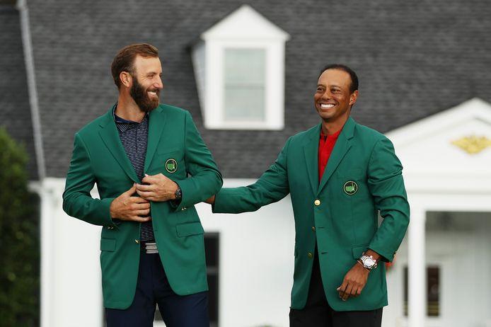 Dustin Johnson (links) samen met de onttroonde titelhouder Tiger Woods.