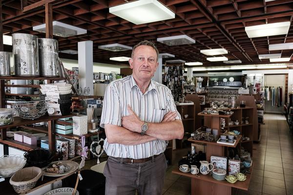 Bennie Jansen in zijn winkel.