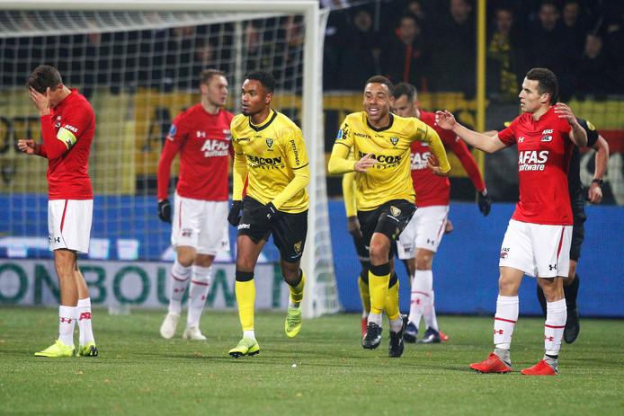 De spelers van VVV vieren de gelijkmaker van Patrick Joosten.