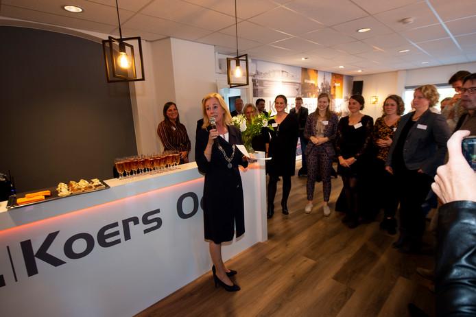 Burgemeester Annemieke Vermeulen benut de opening van Koers Oost Uitzendbureau om bedrijven te interesseren om zich in Zutphen te vestigen.