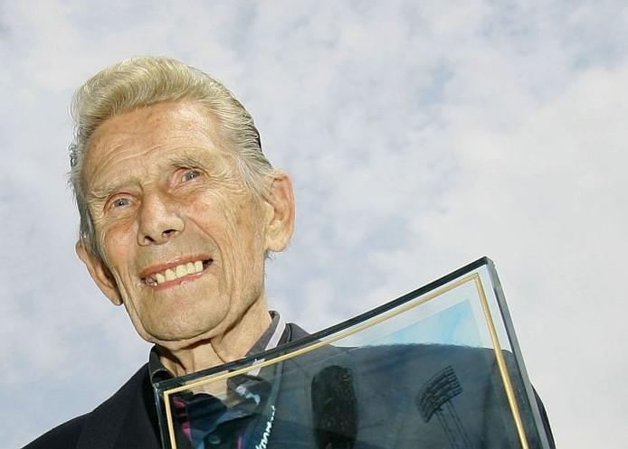 Wiel Coerver bij de ontvangst van de Rinus Michels Oeuvreprijs die hij in 2008 won. Foto: ANP