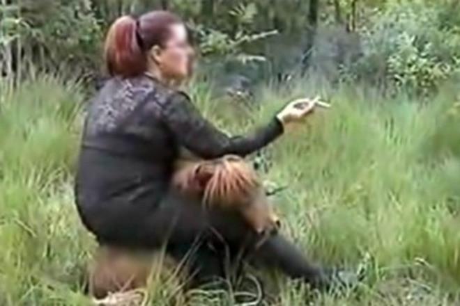 Seksueel getinte beelden van een uitgeputte pony met daarop een zwaarlijvige vrouw met zweep en een sigaret deden begin juli veel stof opwaaien.