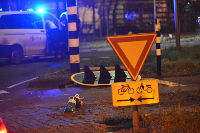 Een automobilist in Breda reed zaterdagochtend vroeg een verkeerslicht omver.