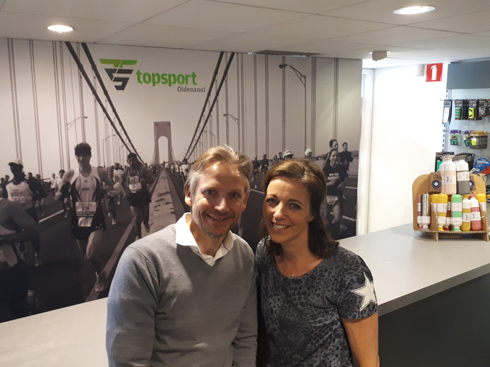 Bart en Nicole Coopman sluiten de deuren van Topsport Oldenzaal.
