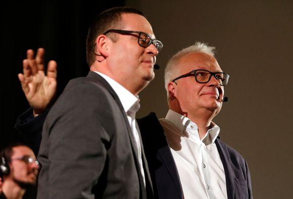 PVDA-voorzitter Peter Mertens (r.) samen met Kamerlid Raoul Hedebouw.