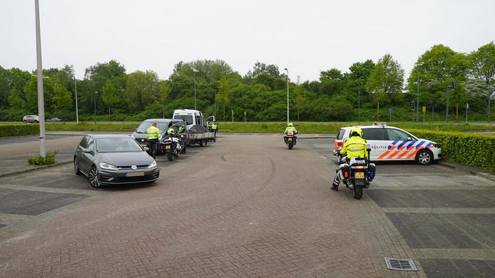 De politie controleert de lading op een aanhanger bij de verkeerscontrole in Deventer.
