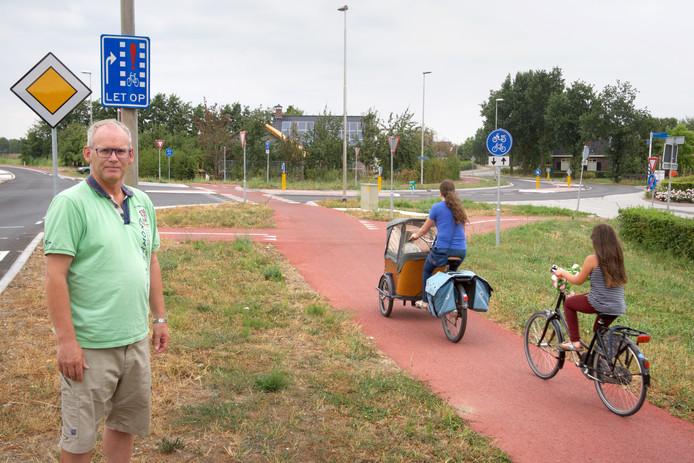 Fietsers die de afslag aan de rechterkant van de Nijburgsestraat richting Heteren nemen komen niet op het fietspad, maar op de autorijbaan terecht. Buurtbewoner Art Akkerman is vooral boos omdat die afslag niet in de renovatieplannen zat, maar toch is aangelegd.