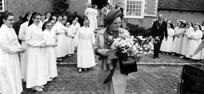 Koningin Juliana bezoekt in 1971 het klooster Sint-Catharinadal in Oosterhout vanwege het 700-jarig bestaan van de gemeenschap der Norbertinessen.