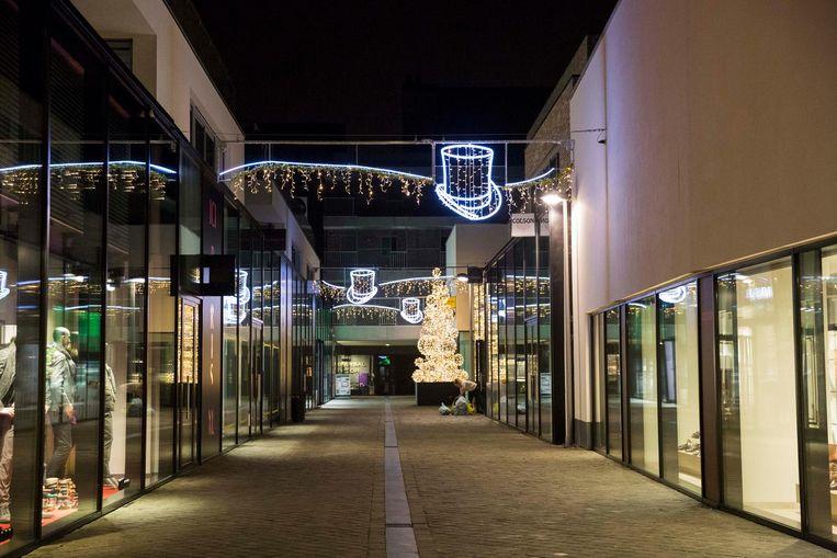 De kerstverlichting in de winkelstraten.