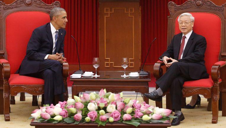 Amerikaanse president Obama ontmoet tijdens zijn bezoek aan Vietnam op maandag 23 mei met secretaris-generaal van Vietnamese communistische partij Nguyen Phu Trong. Beeld reuters