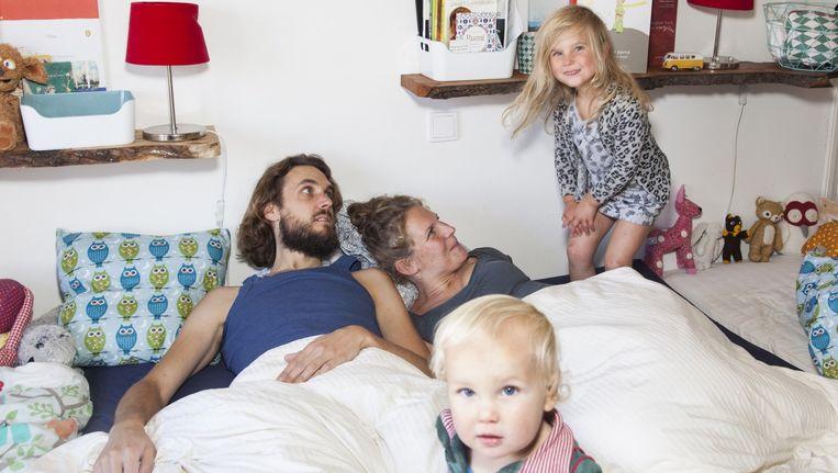 Robert, Pieternel, Sofie (4) en Simon (1) Beeld Adriaan van der Ploeg