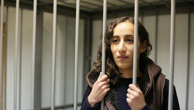 De Nederlandse Greenpeace-activiste Faiza Oulahsen in de Russische rechtszaal. Beeld EPA