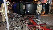 Auto op caféterras gekatapulteerd
