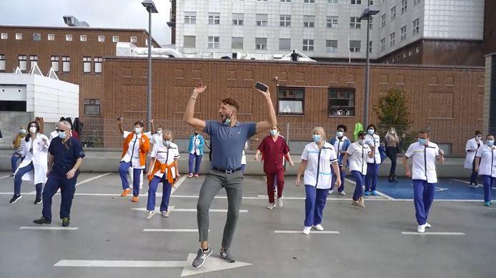 Flashmob à la clinique Ste-Anne/St-Rémi pour réclamer des bras supplémentaires.
