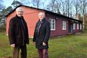 Johan de Kruijff (links) en Ronald Polak voor de voormalige kantine-barak.