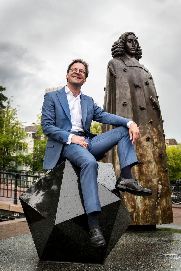 Van Raak bij het standbeeld van Spinoza in Amsterdam.  Beeld Eva Faché