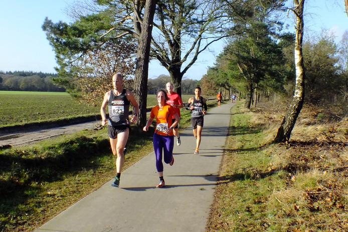 Climax-atlete Marieke van Hunen is tijdens de 48e Horaloop op weg naar de tweede plaats op de 10 Engelse Mijlen.