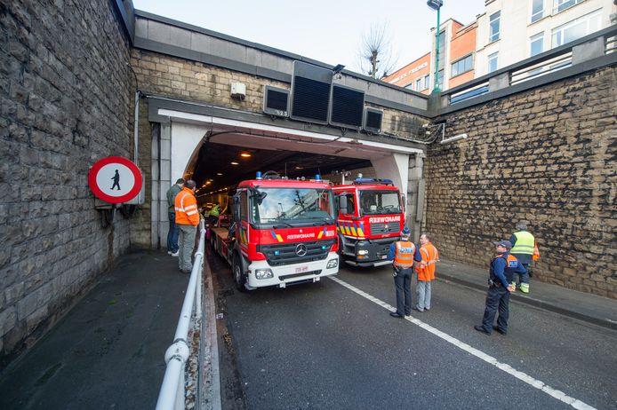 Een vrachtwagen rijdt zich vast in de Waaslandtunnel.