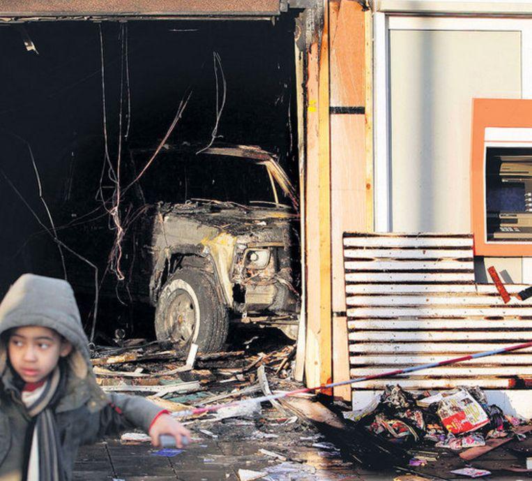 De schade in de Beverwijkstraat is aanzienlijk; de gestolen jeep bleef achter. Foto ANP/Evert Elzinga Beeld