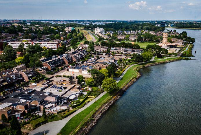 De  woningen aan het Marsdiep in Zwijndrecht (aan het water) zijn zo gebouwd dat bewoners van de Lauwers nog altijd zicht hebben op de rivier.