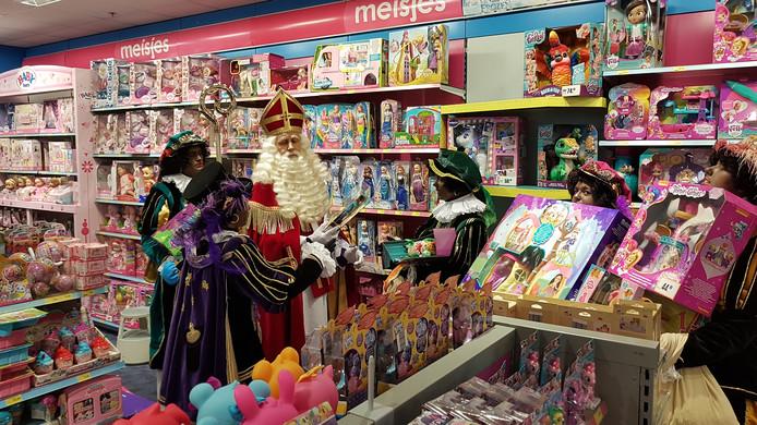 De laatste pakjes uitzoeken in speelgoedzaak Bart Smit in Arena Den Bosch