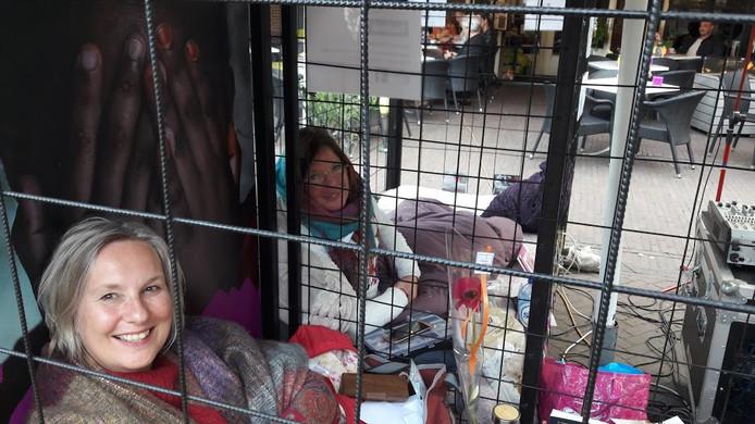 Tina Folkersma (links) uit Wageningen en Jeanette ter Haar uit Tricht in de kooien van Free a Girl