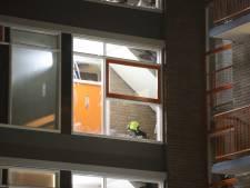 Politie tast nog in het duister: Wie lieten vuurwerkbom afgaan bij portiekwoning aan Barnsteenhorst?