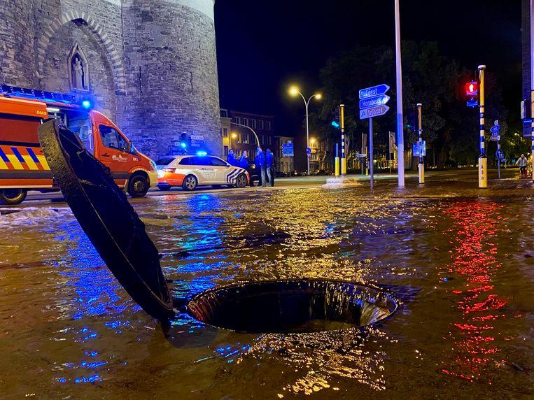 De brandweer moest de riolen komen openleggen zodat het water sneller kon wegstromen.