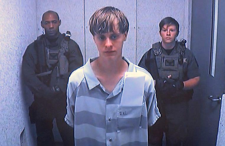 Dylann Roof, de 21-jarige die negen zwarten doodschoot in een kerk in Charleston, South Carolina, wordt naar de rechtbank geleid.